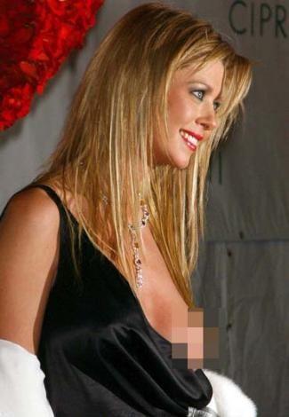 Tara Reid'in 2004'te katıldığı bir gecede çekilen bu fotoğrafı hem şaşırtmış hem de yıldızın elbise askısını bilerek indirdiği dedikodularına yol açmıştı.